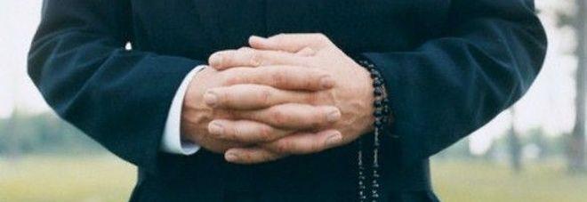 Palpeggiamenti, sacerdote a processo