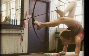 Bella Gantt: la contorsionista che centra il tiro con l'arco [VIDEO]