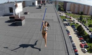 Drone riprende ragazza nuda sul tetto [VIDEO]