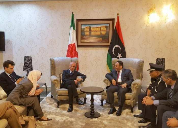 Minniti in Libia per fermare i trafficanti libici, con Sarraj che suggerisce di bombardarli