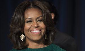 La versione inedita di Michelle Obama: capelli crespi e struccata [FOTO]