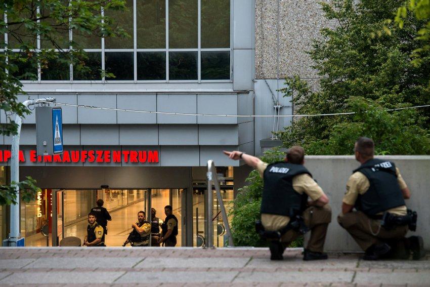 Spari in un centro commerciale a Monaco di Baviera. Diversi morti e feriti. La polizia parla di atto terroristico