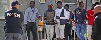 Cagliari, sbarcati più di 800 migranti. Poliziotti arrabbiati perché non vengono pagati da febbraio