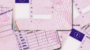 Minorenne alla guida senza patente danneggia quattro autovetture a Barrafranca