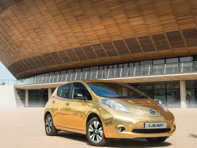 Un'auto elettrica Nissan Leaf dorata per i vincitori delle Olimpiadi di Rio 2016