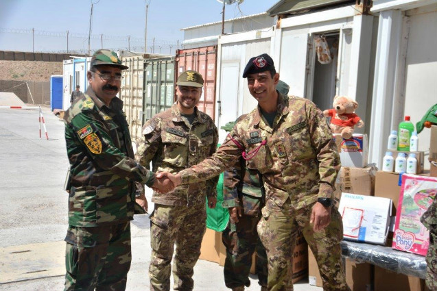 Afghanistan: militari italiani donano materiali ai bambini dei villaggi