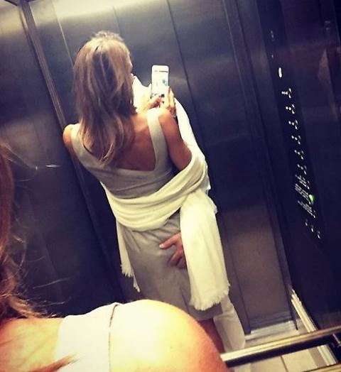 Porno selfie della Colombari: ecco cosa succede in ascensore con Billy [FOTO]