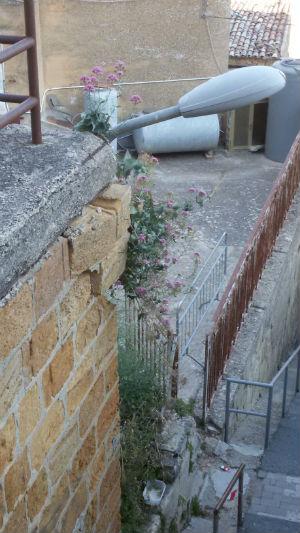 Segni di cedimento del muro di contenimento in via Croce Valverde