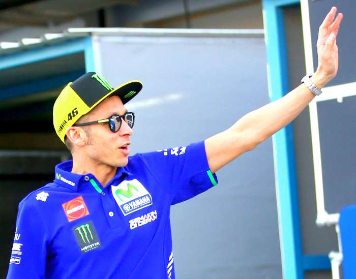 Valentino Rossi lascia l'ospedale dopo l'operazione alla gamba fratturata