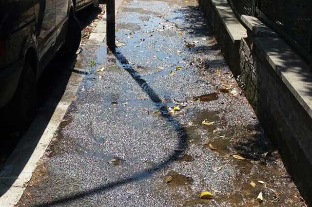 Via della Maratona, l'acqua è poca e 'a papera nun galleggia…