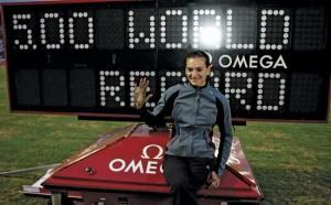 22 luglio 2005: La Isinbaeva è la prima donna a saltare oltre i 5 metri