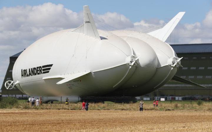 Uscito dall'hangar il più grande velivolo al mondo