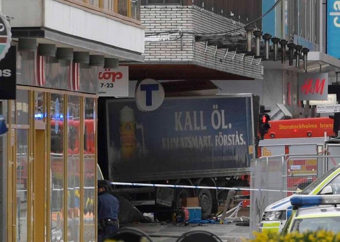 Attentato nel centro di Stoccolma, un camion investe la folla causando 3 morti e 8 feriti