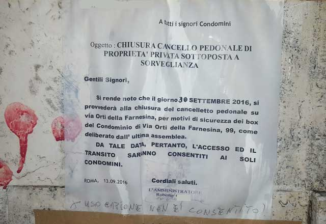 """""""E ora dove passo?"""" Pedoni infuriati in via Orti della Farnesina"""