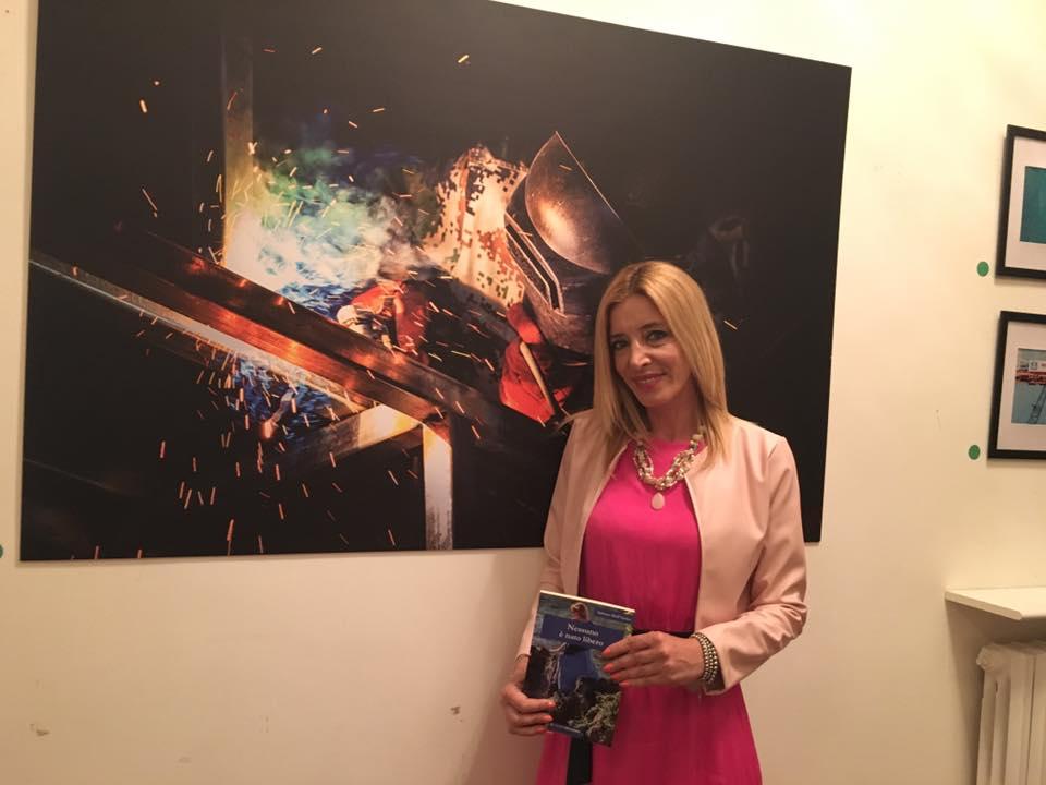 Adriana Dell'Amico con Nessuno è nato libero successo editoriale nazionale incontra l'arte e la cultura a Villa Ardolino