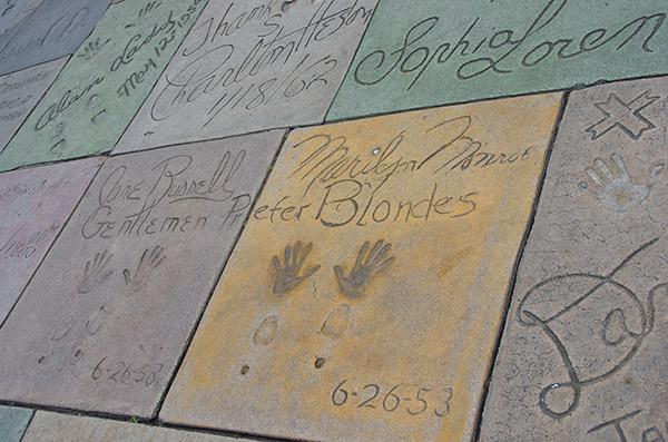 15 aprile 1927: Le prime impronte nel cemento del Chinese Theatre di Hollywood