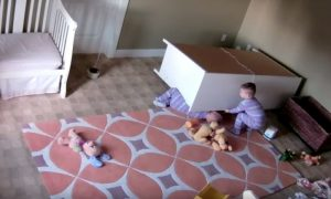 Bimbo eroico salva miracolosamente il fratellino [VIDEO]