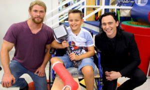 Hemsworth e Hiddleston: Thor e Loki in visita ad un ospedale pediatrico [VIDEO]