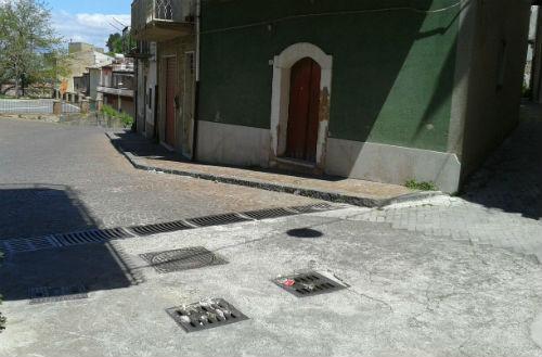 Aidone: un quartiere esasperato dal cattivo odore proveniente dalle caditoie, esposto in Procura