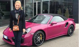 """Michelle Hunkizer dopo le polemiche rinuncia alla sua Porsche """"Barbie"""""""