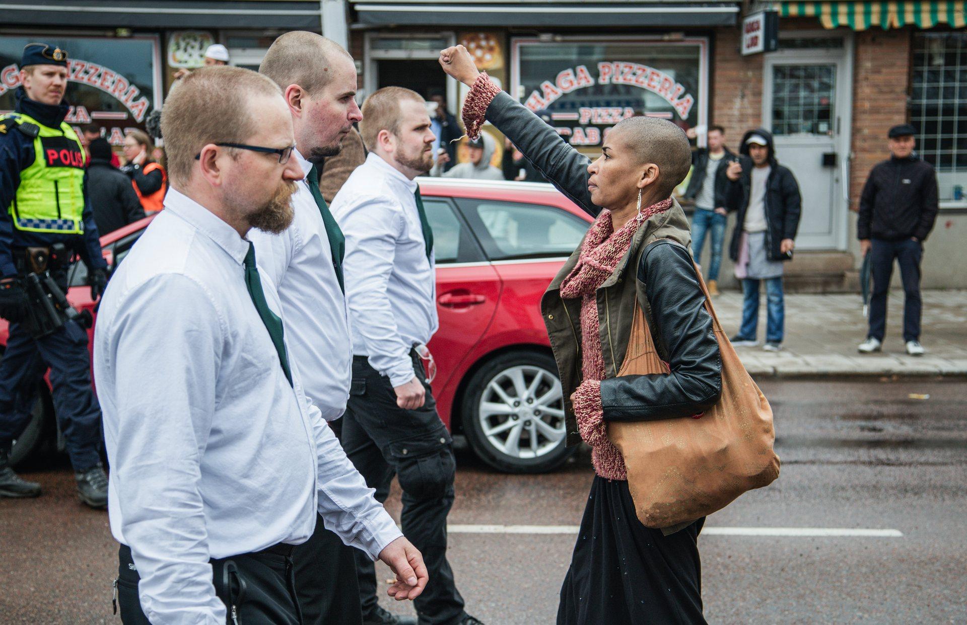 Svezia, il pugno chiuso di Tess Asplund contro i neonazisti
