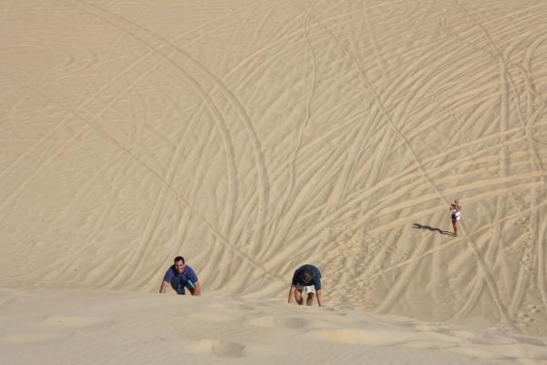Esplorare il deserto con il proprio team di lavoro