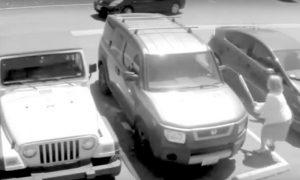 Ruba il parcheggio a una vecchietta: ciò che accade è inimmaginabile… [VIDEO]