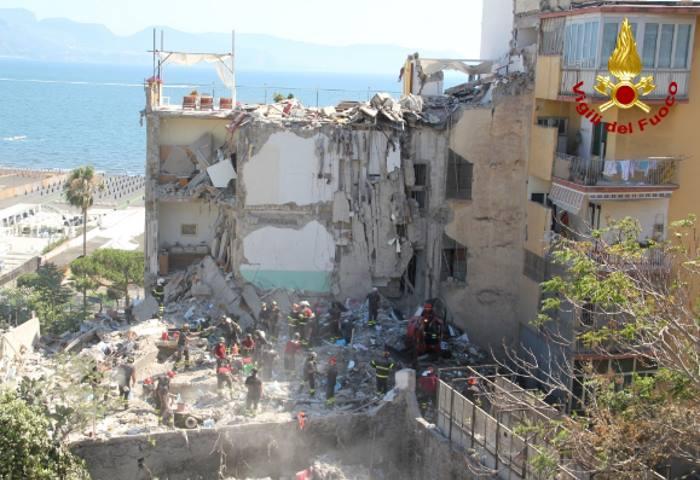 Recuperate otto vittime nel crollo della palazzina a Torre Annunziata
