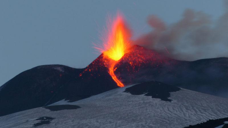Etna, eruzione dal cratere ferisce 10 persone