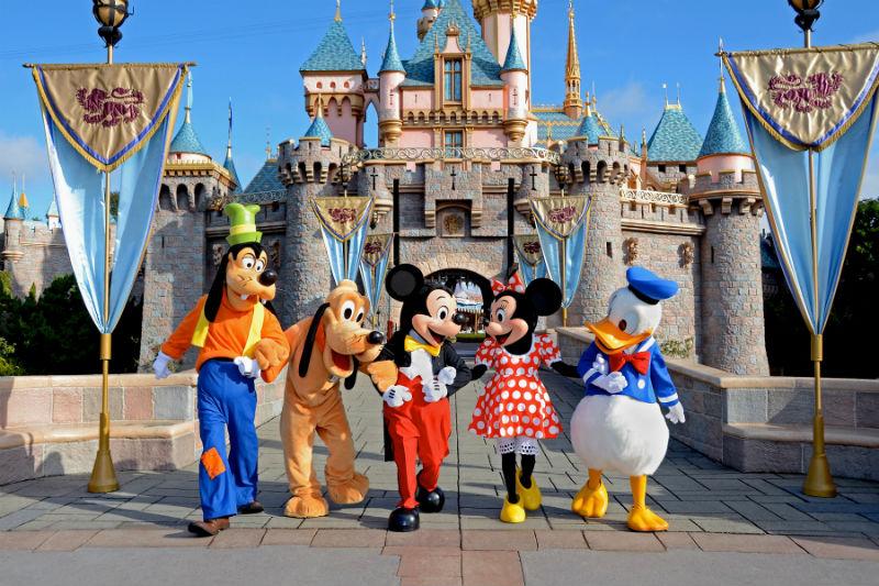 Famiglia musulmana in partenza per Disneyland fermata all'aeroporto di Gatwick